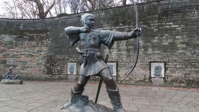 Robin_Hood_statue_located_at_Nottingham_Castle_UK_-_panoramio